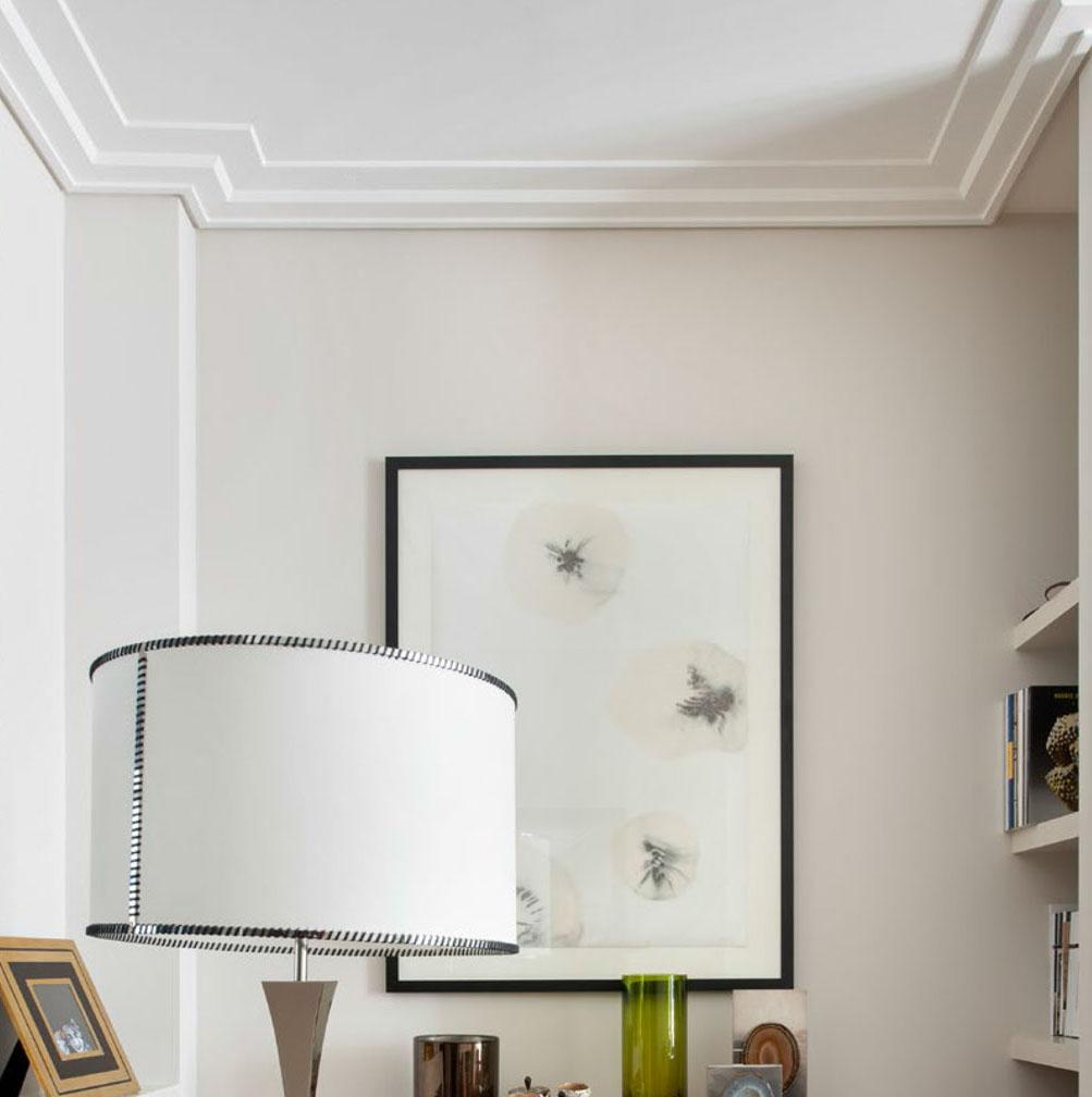 Environment with simple and geometric ceiling frame.