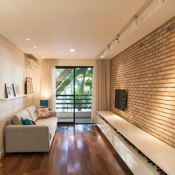 Hardwood floor in dark tones. On the wall, the bricks make a good composition in the decoration.