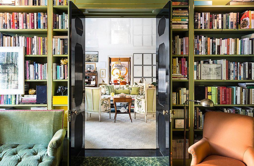 Home library, with vintage decor that combines shades of green, floral prints and velvety fabrics.