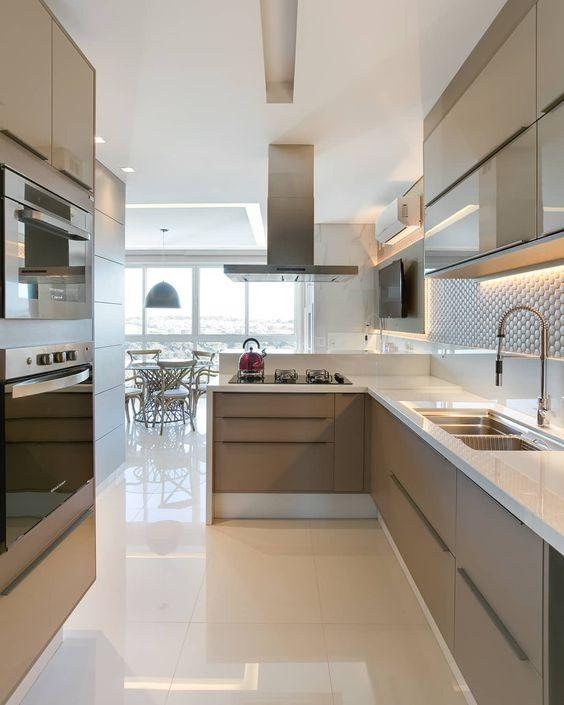 Kitchen with light and polished porcelain floor, reflecting the light from the balcony.