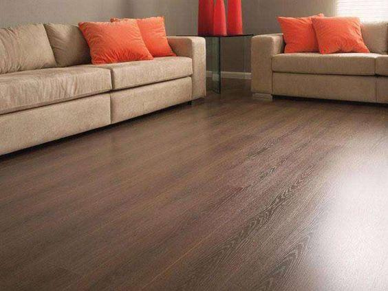 Laminate in the living room, in dark wood tones and with discreet grains.