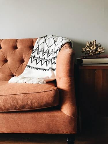 Living room sofa with a blanket offering an environment with thermal comfort and very cozy.