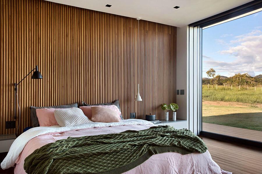 Room with wood paneling on the walls to improve thermal comfort.